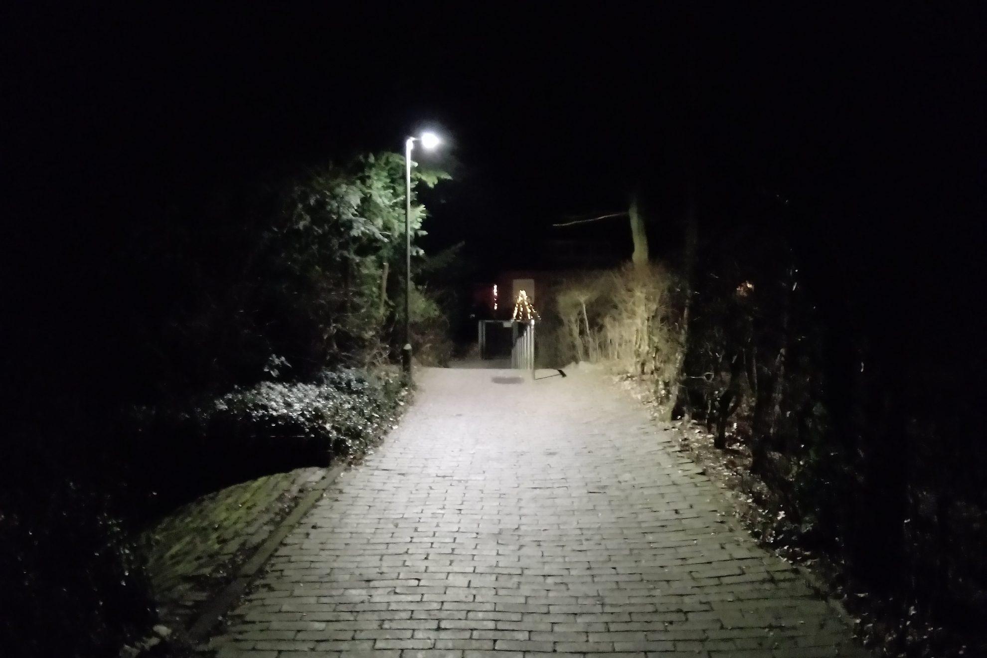 LED Beleuchtung am Fußweg bei der Johanniskirche, Stade