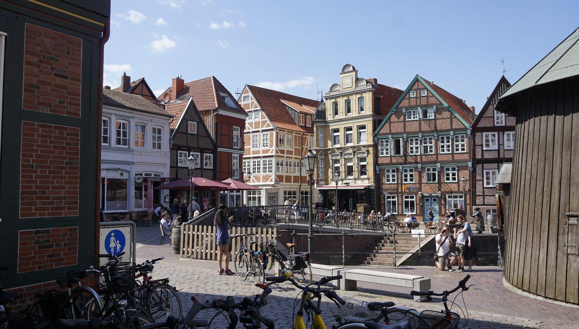 Alter Hafen / Fischmarkt in Stade, Fachwerkhäuser und Fahrräder