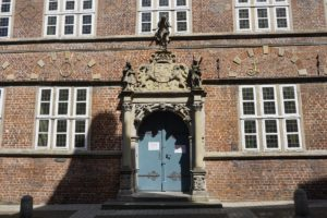 Historisches Rathaus Stade, Eingang mit Stadtwappen