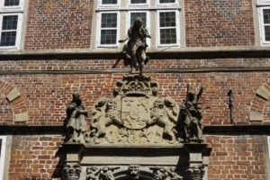 Historisches Rathaus Stade, Eingang mit Stadtwappen in der Hökerstraße, Stade