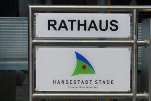 Rathaus Stade, Eingangsschild, Mai 2020