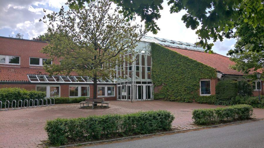 Grundschule Hagen, Stade, Blick auf den Haupteingang, ohne Angebot einer Ganztagsbetreuung