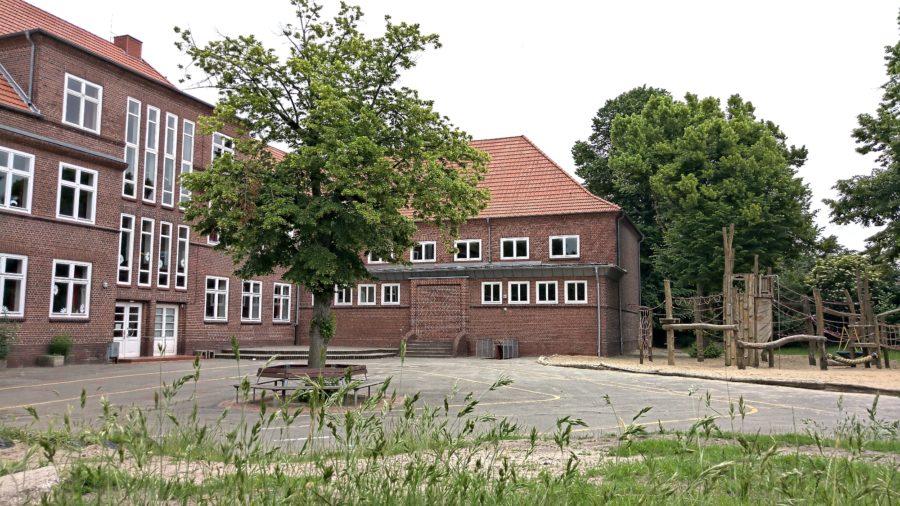 Grundschule Campe, Stade, Rückseite und Blick über den Schulhof mit Klettergerüst, Offene Ganztagsschule mit freiwilliger Ganztagsbetreuung