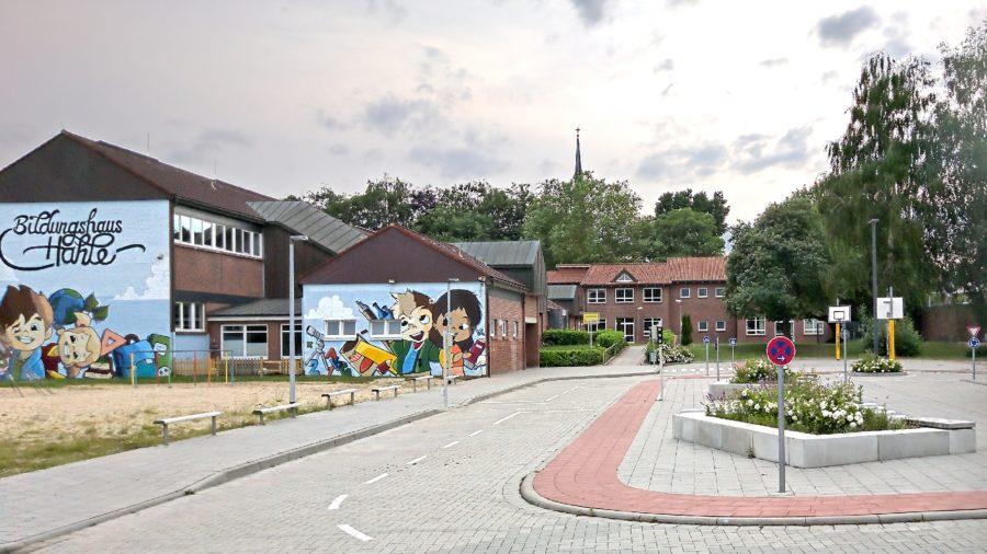 Grundschule Hahle, Stade, Blick über den Schulhof mit Verkehrslehrgarten, teilgebundene Ganztagsschule mit teilweise verpflichtender Ganztagsbetreuung