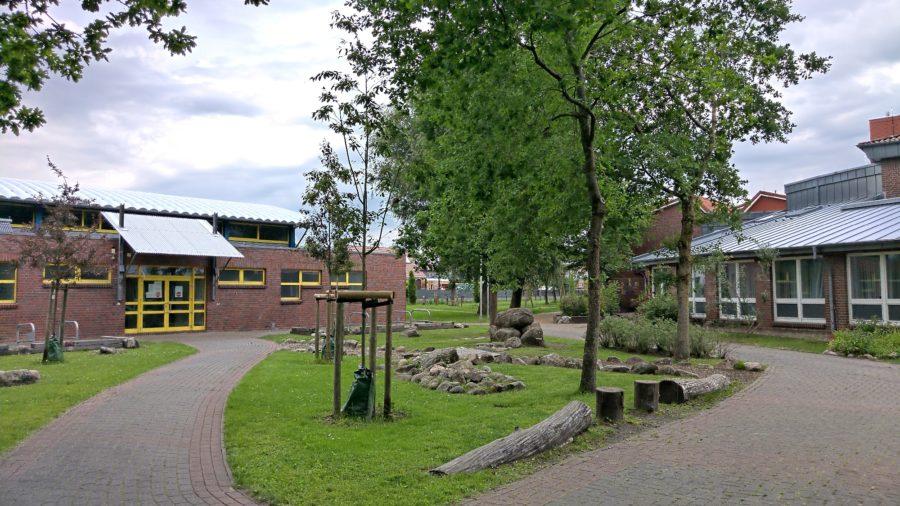 Montessori Grundschule Altländer Viertel Stade, Blick über den Schulhof, Teilgebundene Ganztagsschule mit teilweise verpflichtender Ganztagsbetreuung