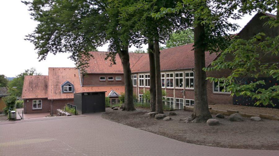 Pestalozzi Grundschule, Stade, Blick über den Schulhof, Offene Ganztagsschule mit freiwilliger Ganztagsbetreuung
