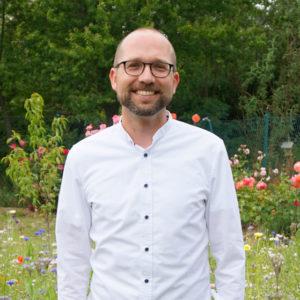 Christian Häckl, Porträt vor einer Blumenwiese, Juli 2020