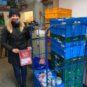 Elena Brückner mit den Spenden für die Stader Tafel