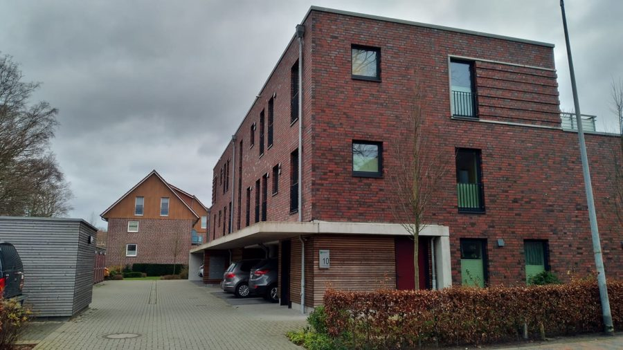 Mehrfamilienhaus mit PKW-Stellplätzen