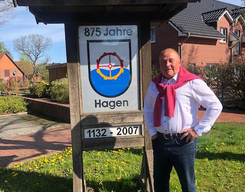 Bernhard Augustin in Stade-Hagen vor Denkmal zum 875-jährigen Ortsjubiläum