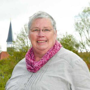 Inge Ahrens, im Hintergrund Kirche St. Nicolai in Stade Bützfleth