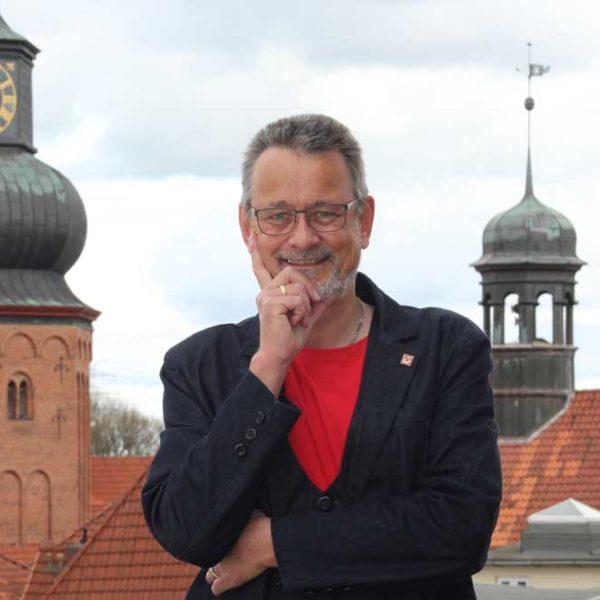 Kai Holm über den Dächern von Stade mit den Türmen von St. Cosmae und Rathaus im Hintergrund