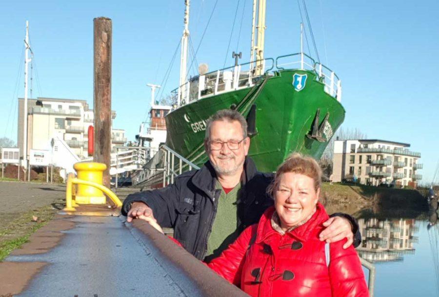 Kai Holm mit Ehefrau Renate vor der Greundiek im Stadthafen Stade