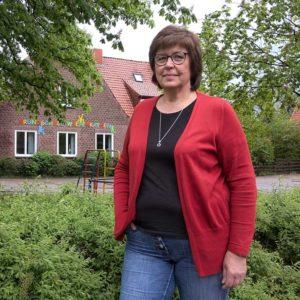 Sigrid Koppelmann vor der Grundschule in Wiepenkathen