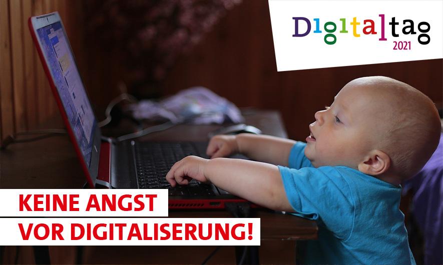 """Ankündigung zur Veranstaltung """"Keine Angst vor Digitalisierung! zum Digitaltag 2021 mit Baby vor einem geöffneten Notebook sitzend"""