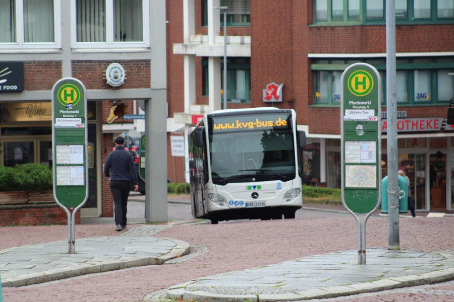 Ein Bus der KVG fährt in die Bushaltestelle am Pferdemarkt in Stade