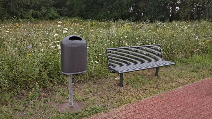 SPD Antrag umgesetzt: Parkbänke in Stade Riensförde, Parkbank mit Müllbehälter