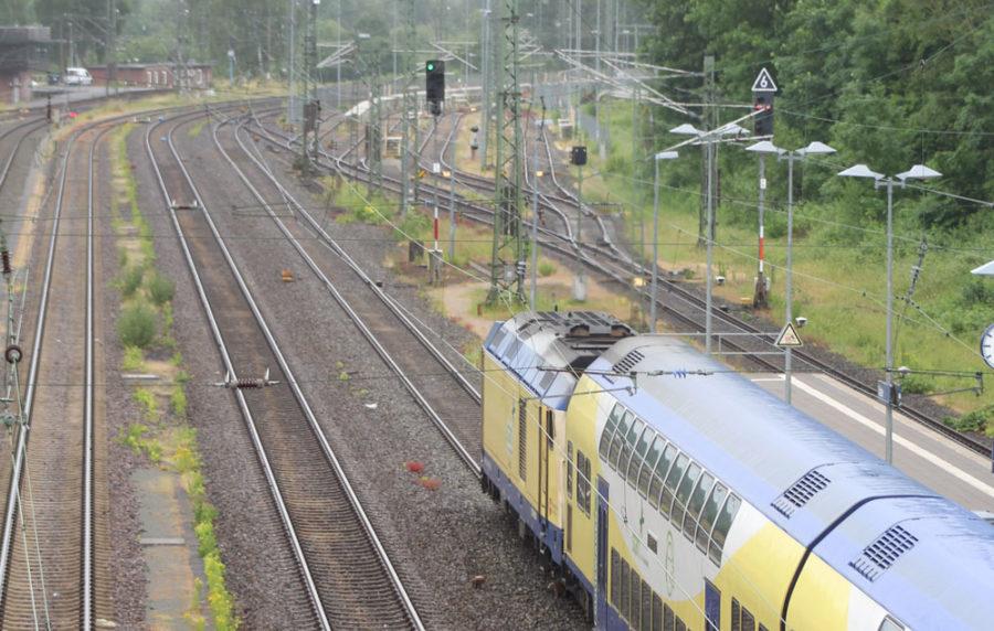Zug der Regionalbahn Start Unterelbe bei der Ausfahrt aus dem Stader Bahnhof in Richtung Hamburg