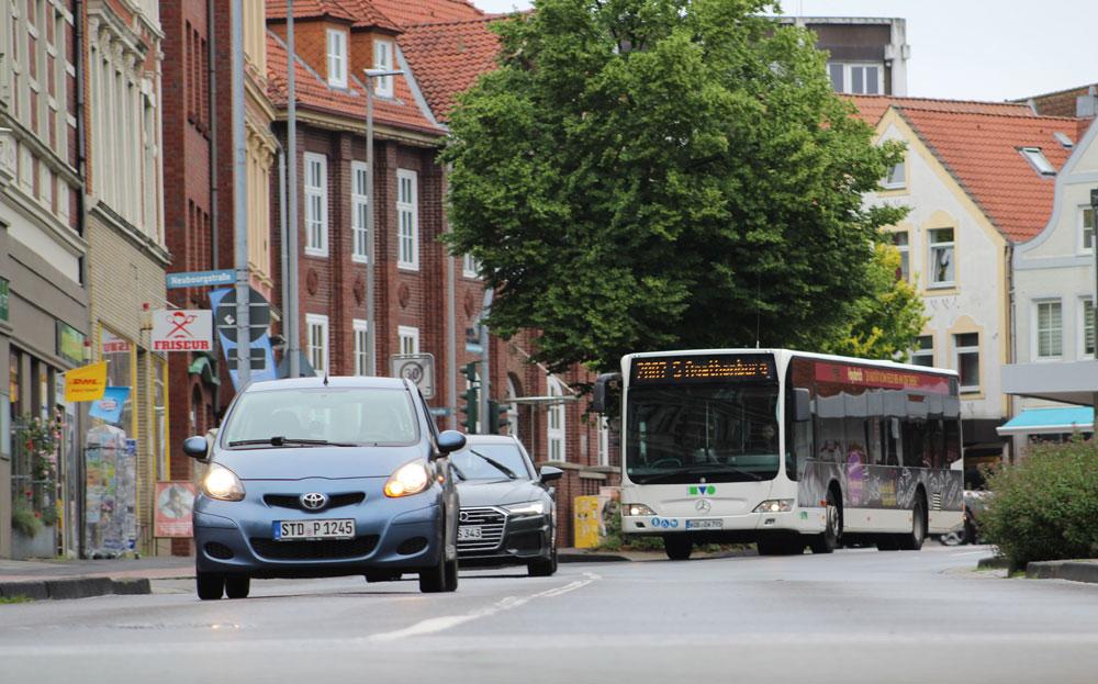 Stadtverkehr in der Stader Innenstadt, Busse und Autos in der Bahnhofstraße/ Ecke Neubourgstraße, Juli 2021