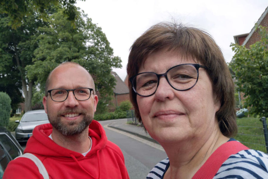 SPD Hansestadt Stade unterwegs in Stade bei Tür zu Tür Besuchen, im Bild sind Sigrid Koppelmann und Christian Häckl