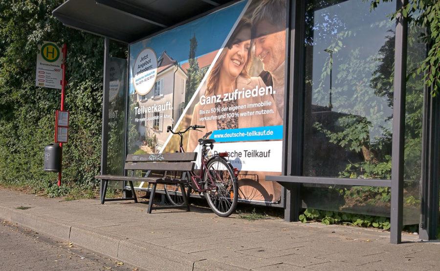 Abgestelltes Fahrrad in Bushaltestelle, Stade